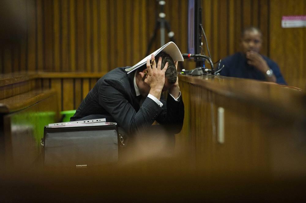 При обсуждении процедуры вскрытия тела Ривы Стинкамп во время судебного заседания спортсмену неоднократно становилось плохо