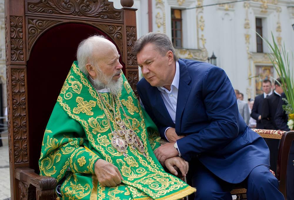 Митрополит Киевский и всея Украины Владимир и президент Украины Виктор Янукович во время празднования Святой Троицы в Свято-Успенской Киево-Печерской лавре