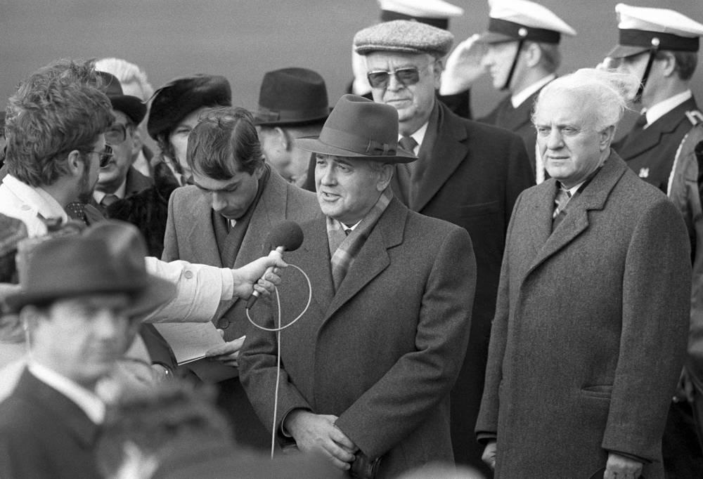Генеральный секретарь ЦК КПСС Михаил Горбачев и министр иностранных дел СССР Эдуард Шеварднадзе во время визита в Рейкьявик, Исландия, 1986 год