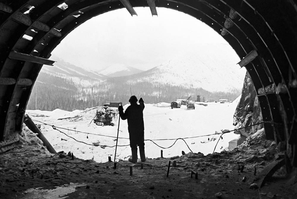 При продвижении от Усть-Кута и Звездного на восток строители БАМа встретили огромную горную преграду - Байкальский хребет высотой до 2,5 тыс. м. Прокладывать почти 6,7-километровый тоннель было решено под Даванским перевалом. Строительство тоннеля заняло семь лет, а постройка являет собой передовое техническое сооружение