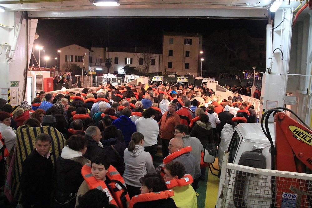 На борту находилось более 4 тыс. человек, из них 32 человека погибли