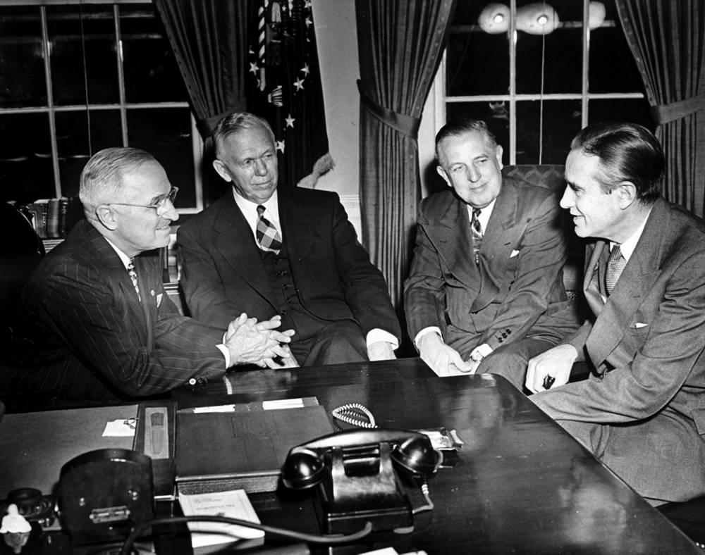 """Президент Гарри Трумэн и государственный секретарь Джордж Маршалл, Вашингтон 1948 год. В 1947 году Джордж Маршалл  выступил в Гарварде с инициативой о помощи европейским странам, ставшей известной как """"план Маршалла"""""""