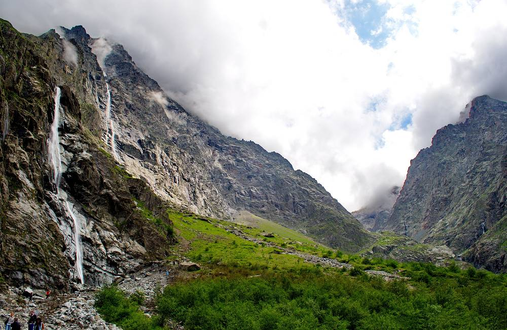 Главный из Мидаграбинских водопадов — Большой Зейгелан с высотой падения воды 750 метров.