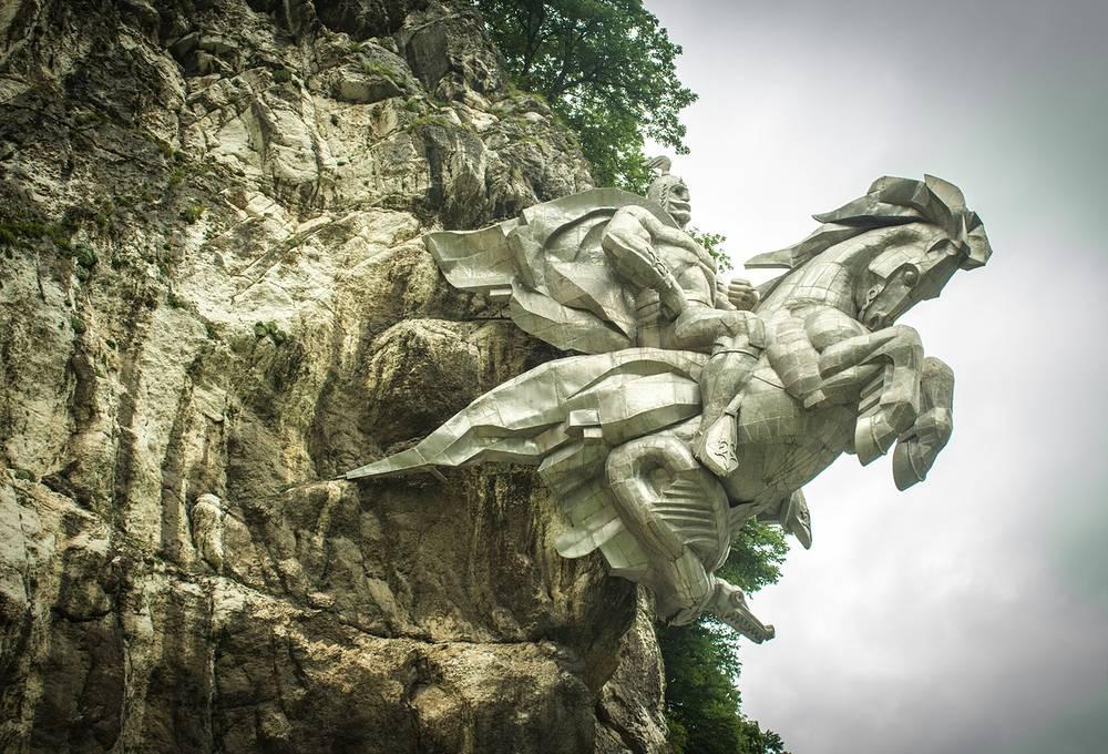 Памятник осетинскому покровителю путников и воинов — Уастырджи.