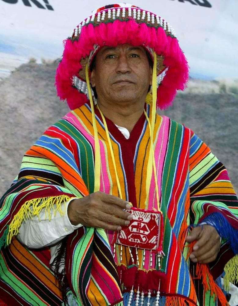 Президент Перу Алехандро Толедо (2001-2006) одет в традиционные для Анд одежды, во время визита в регионы, январь 2004 год