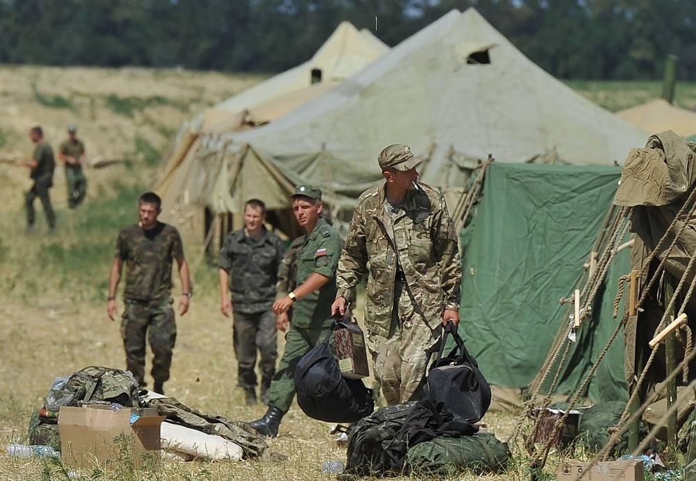 """Военные размещены в палаточном лагере недалеко от пропуска """"Гуково"""". Они обеспечены спальными местами и продовольствием"""