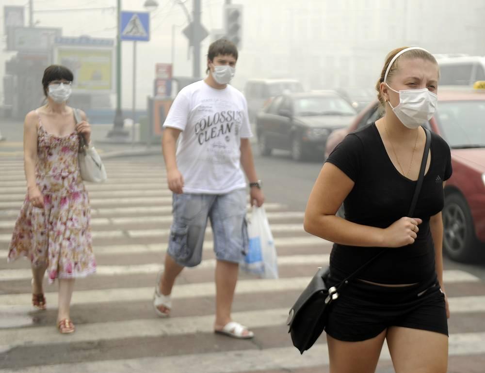 Смертность в Москве в эти дни увеличилась вдвое, с 360 до 700 человек в сутки. Как следовало из доклада бывшего министра здравоохранения и социального развития Татьяны Голиковой, аномальные погодные условия июля и августа повлияли на общий показатель смертности за 2010 год
