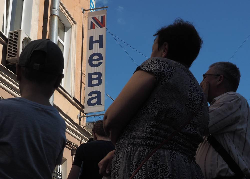 """Туроператор """"Нева"""" приостановил свою деятельность из-за финансовых проблем. На момент объявления о финансовых проблемах за границей находились 6 тыс. россиян. На фото: клиенты у офиса туристической фирмы """"Нева"""" в Санкт-Петербурге"""