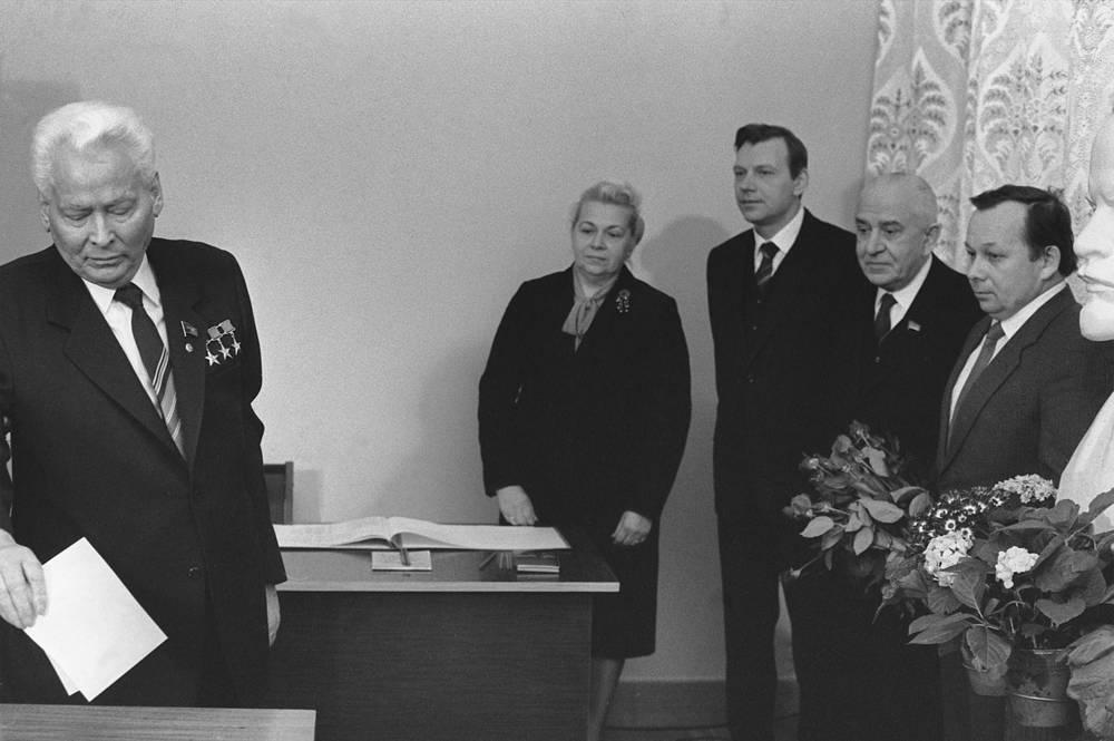 Генеральный секретарь ЦК КПСС Константин Устинович Черненко во время голосования на выборах в Верховный Совет РСФСР, 1985 год. В 1985 году состоялись последние выборы ВС РСФСР перед началом перестройки