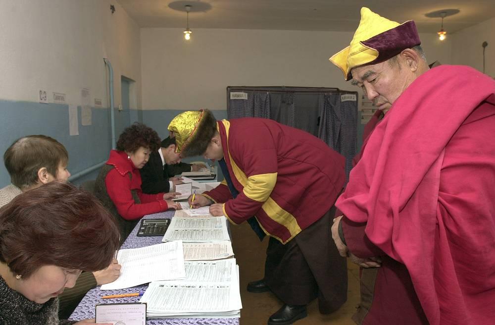 Буддистские монахи выбирают депутатов Госдумы РФ, 2003 год