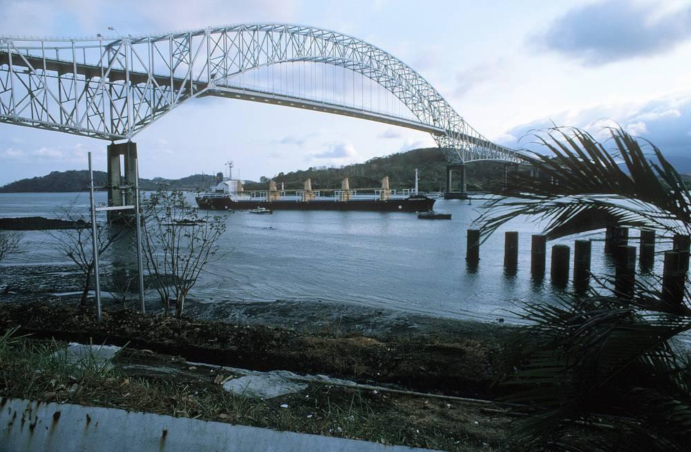 """В 1977 году руководитель Панамы Омар Торрихос и президент США Джимми Картер подписали Договор о Панамском канале и Договор о постоянном нейтралитете и управлении каналом, согласно которым с 1 января 2000 года Панамский канал перешел под управление и юрисдикцию Панамы. На фото: вид на Панамский канал и мост """"Америка"""" со стороны Тихого океана, 1976 год"""