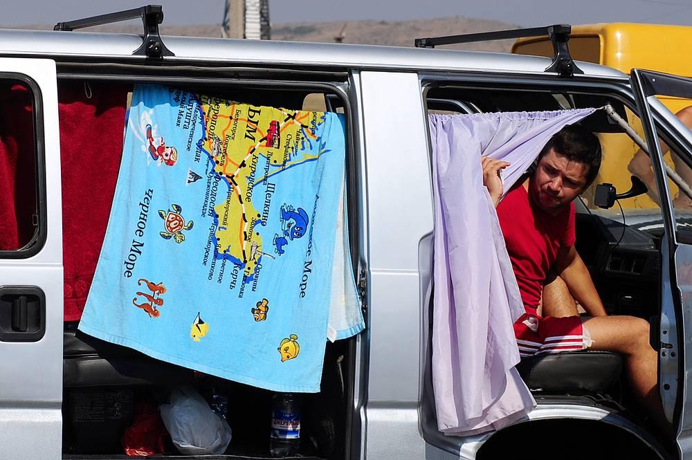 15 августа в Минтрансе приняли решение о полном запрете на перевозку грузов через Керченскую переправу малотоннажным грузовым транспортом. С понедельника аналогичные меры были приняты и в отношении регулярных автобусов с пассажирами более восьми человек. На фото: порт Крым