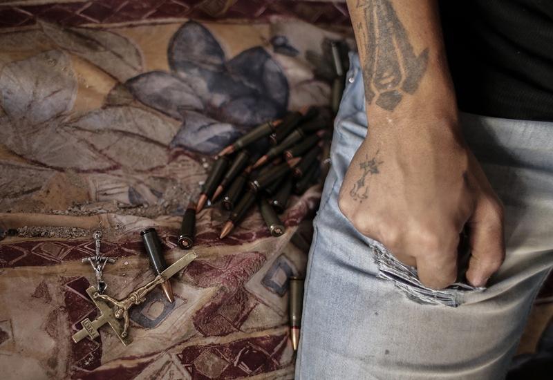 Ополченец пополняет запасы патронов в одном из домов в центре города Маалула, Сирия, 2013 год