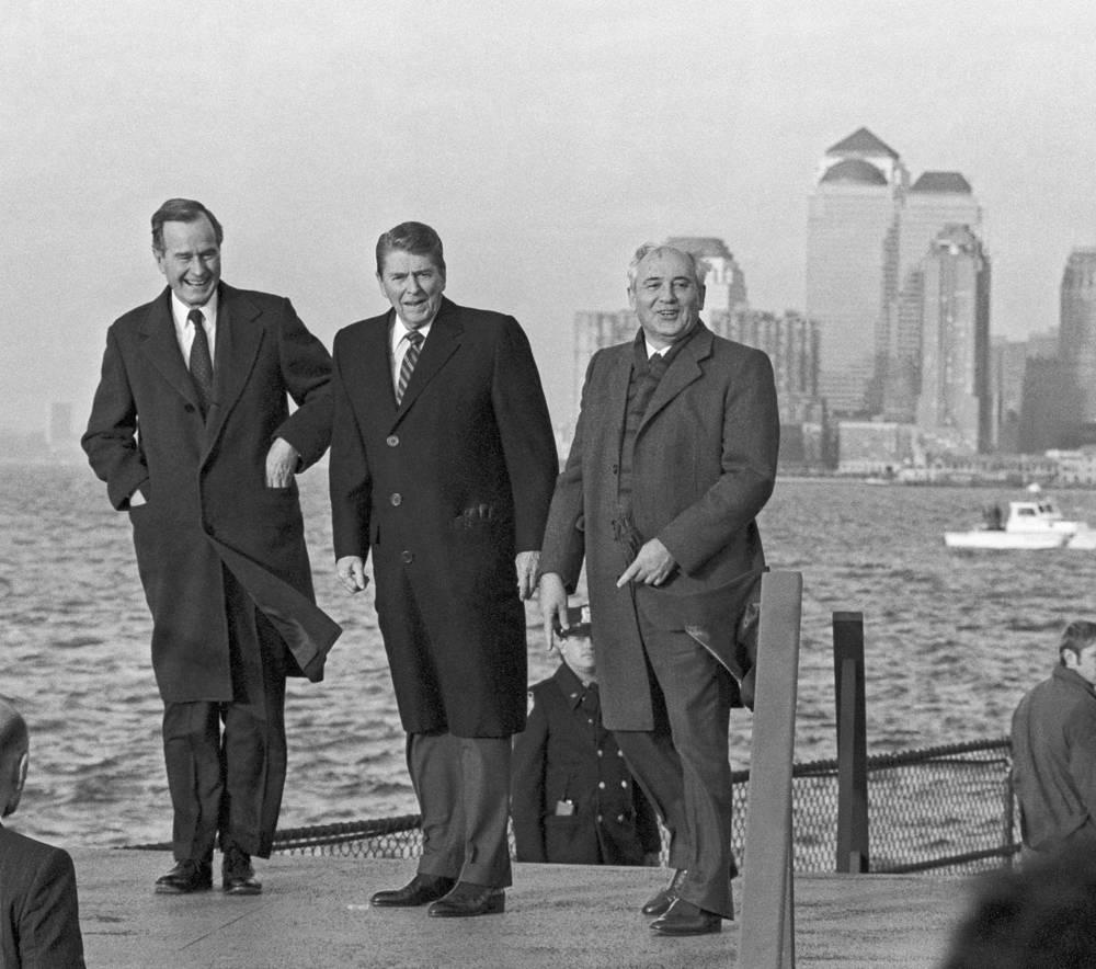 Михаил Горбачев, Рональд Рейган и Джордж Буш в адмиральском доме на острове Гавернорс-Айленд, 1988 год