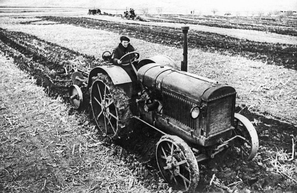 Трактористка Прасковья Ангелина, 1933 год