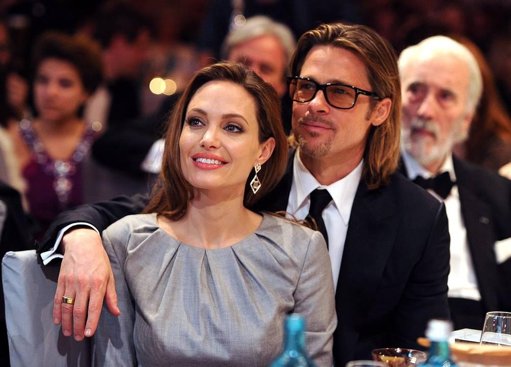"""Анджелина Джоли и Брэд Питт во время благотворительной акции """"Кино за мир"""" в рамках Берлинале, 2012 год"""