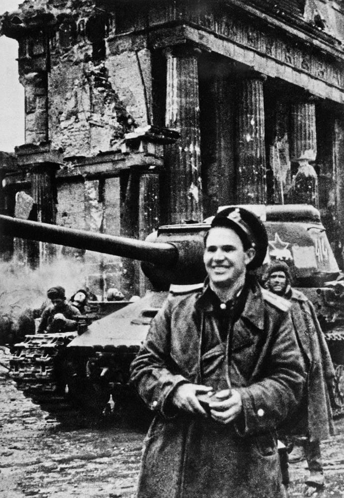 Военный фотокорреспондент Евгений Халдей в Берлине, 1945 год. Евгений Халдей - единственный в советской фотожурналистике военный фотокорреспондент, в архиве которого Великая Отечественная война 1941-1945 годов представлена хрестоматийно, от самого начала до последнего дня