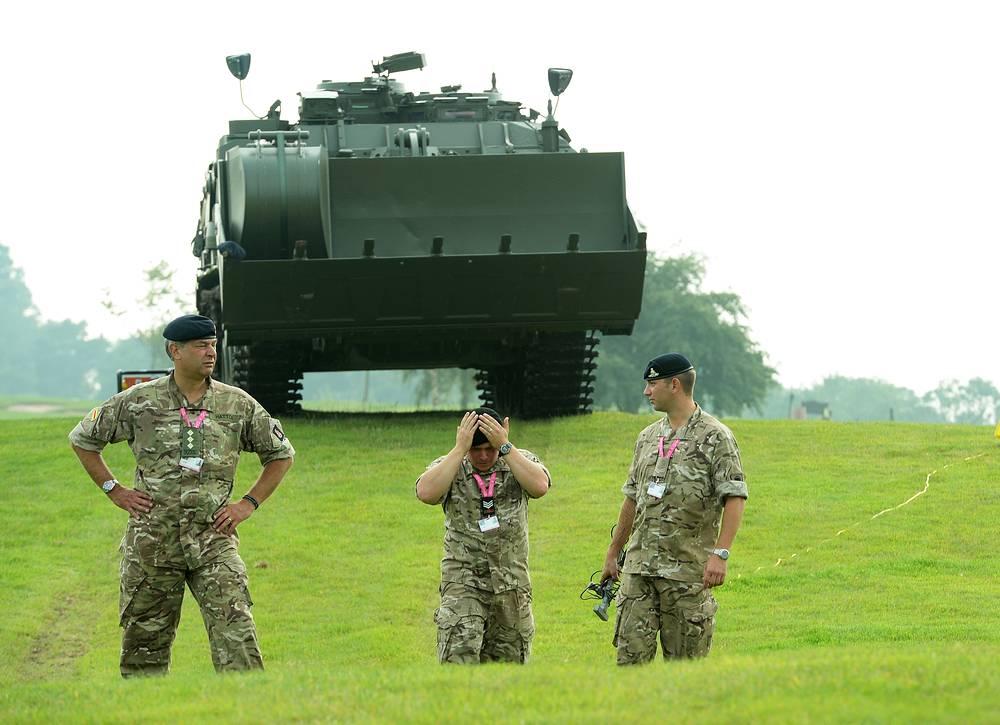 На площадке саммита замечены военнослужащие разных родов войск Соединенного Королевства, которые проверяют документы, несут дежурство у входов. На фото:  патруль во время обхода Celtic Manor