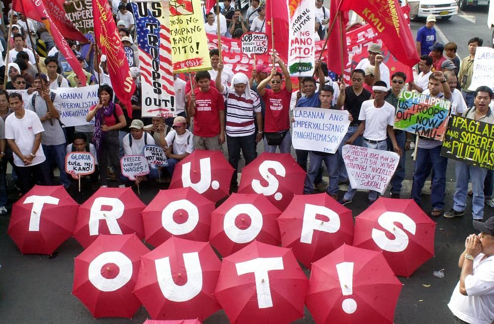 В ходе конфликта на Филиппинах погибло более 150 тыс. человек. Со стороны США в операции принимали участие около 1,2 тыс. военных (17 из них погибли), с филиппинской - более 18 тыс. военных и сотрудников сил безопасности (свыше 460 погибших). Потери террористов составили более 980 человек. Операция продолжается до сих пор. На фото: протесты у посольства США, 2002 год