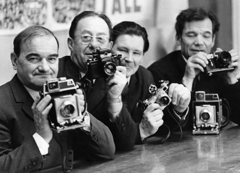 Фотокорреспонденты ТАСС Наум Грановский, Марк Редькин, Николай Кулешов и Николай Ситников со своими фотоаппаратами, 1962 год
