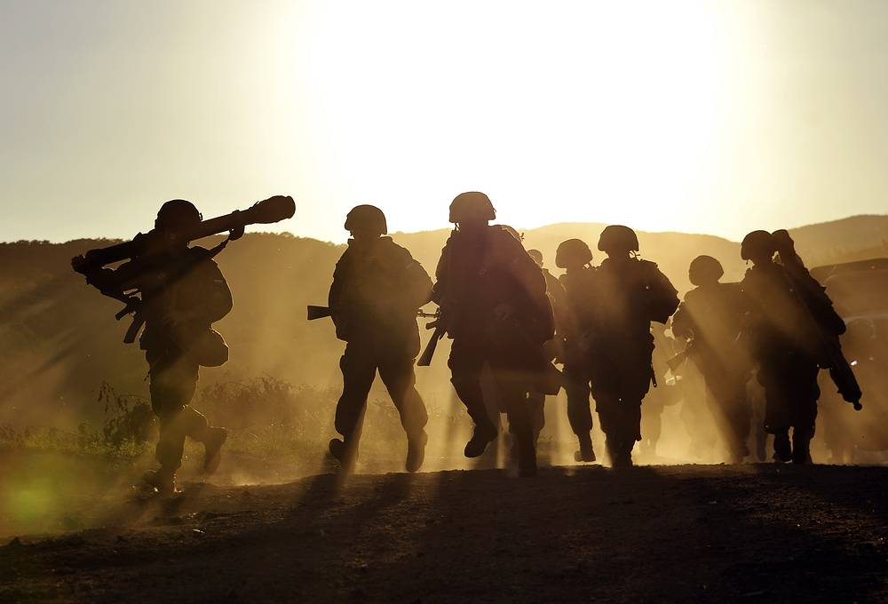 Общая численность войск, участвующих в проверке, составляет более 100 тыс. военнослужащих. На фото: погрузка личного состава бригады морской пехоты на десантные корабли Тихоокеанского флота на морском десантном полигоне в бухте Десантная