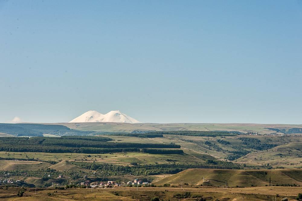 С Кольца-горы, при условии хорошей погоды, хорошо видны знаменитые пики пятитысячника Эльбруса.