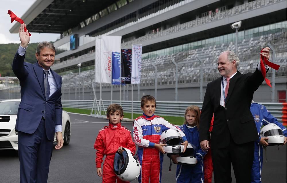 Красную ленточку перерезали Ткачев (слева) и международный консультант Гран-при России Ричард Креган