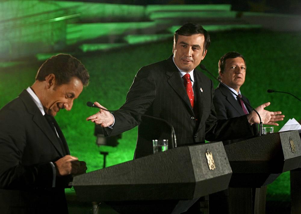 5 августа 2014 года Главпрокуратура приняла постановление о привлечении Михаила Саакашвили и бывшего главы МВД Вано Мерабишвили к ответственности еще по одному уголовному делу - по обвинению в организации совершенного 14 июля 2005 года в Тбилиси вооруженного нападения на депутата парламента Грузии Валерия Гелашвили. На фото: президенты Франции Николя Саркози и Грузии Михаил Саакашвили и председатель Еврокомиссии Жозе Мануэл Баррозу (слева направо) на совместной пресс-конференции в Тбилиси, 2008 год