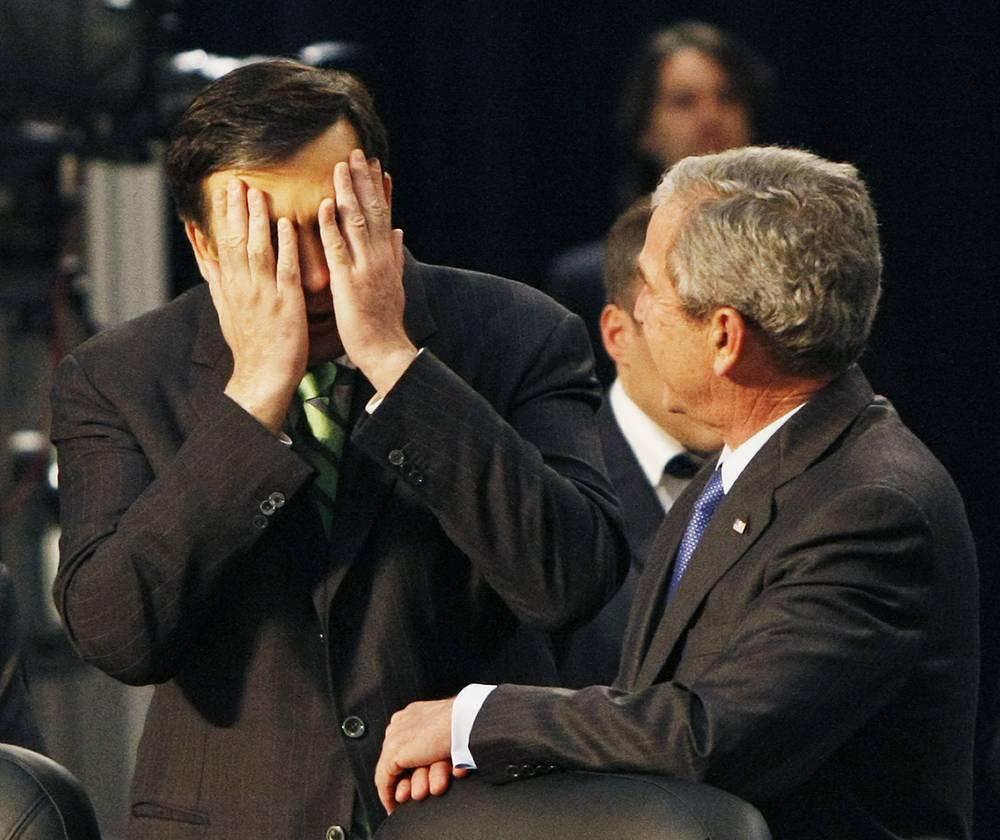 28 июля 2014 года Саакашвили вновь не явился на допрос в Главпрокуратуру Грузии. В этот же день Главная прокуратура приняла постановление о привлечении его к уголовной ответственности. На фото: Михаил Саакашвили и Джордж Буш перед выступлением на саммите НАТО в Бухаресте, 2008 год