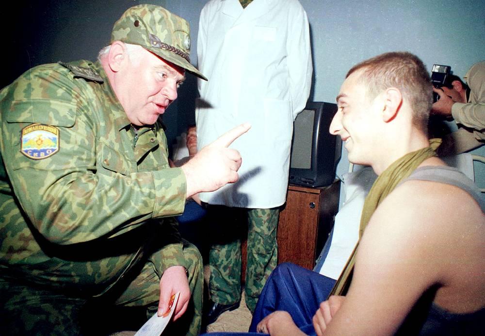 Командующий Северо-Кавказским военным округом генерал армии Виктор Казанцев вручил в Волгоградском гарнизонном госпитале раненым солдатам 18 медалей, 2000 год