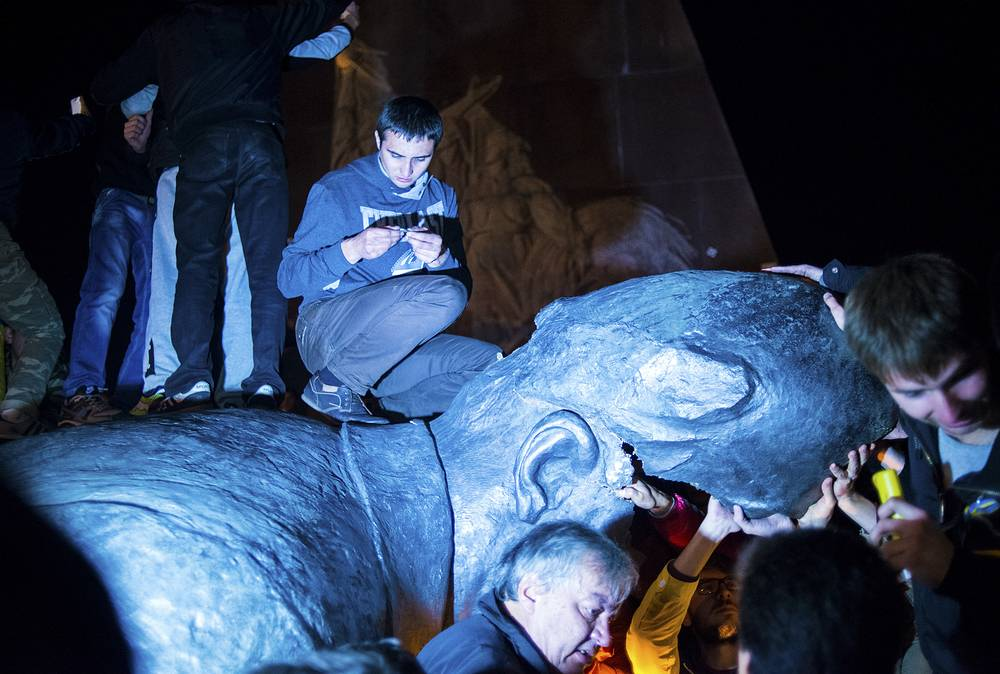 28 сентября в Харькове участники митинга за единство Украины сбросили с постамента памятник Ленину. Монумент был демонтирован митингующими при помощи тросов и крана