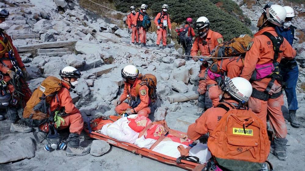 Японские медики официально подтвердили гибель 48 человек в результате извержения