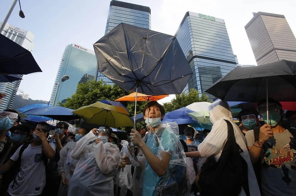"""В центре Гонконга продолжаются акции сторонников протестного движения """"Оккупируй Централ"""", выступающего за демократизацию выборов в этом специальном административном районе КНР. Манифестанты блокируют улицы, требуя отставки главы местной администрации Лян Чжэньина и проведения свободных выборов"""