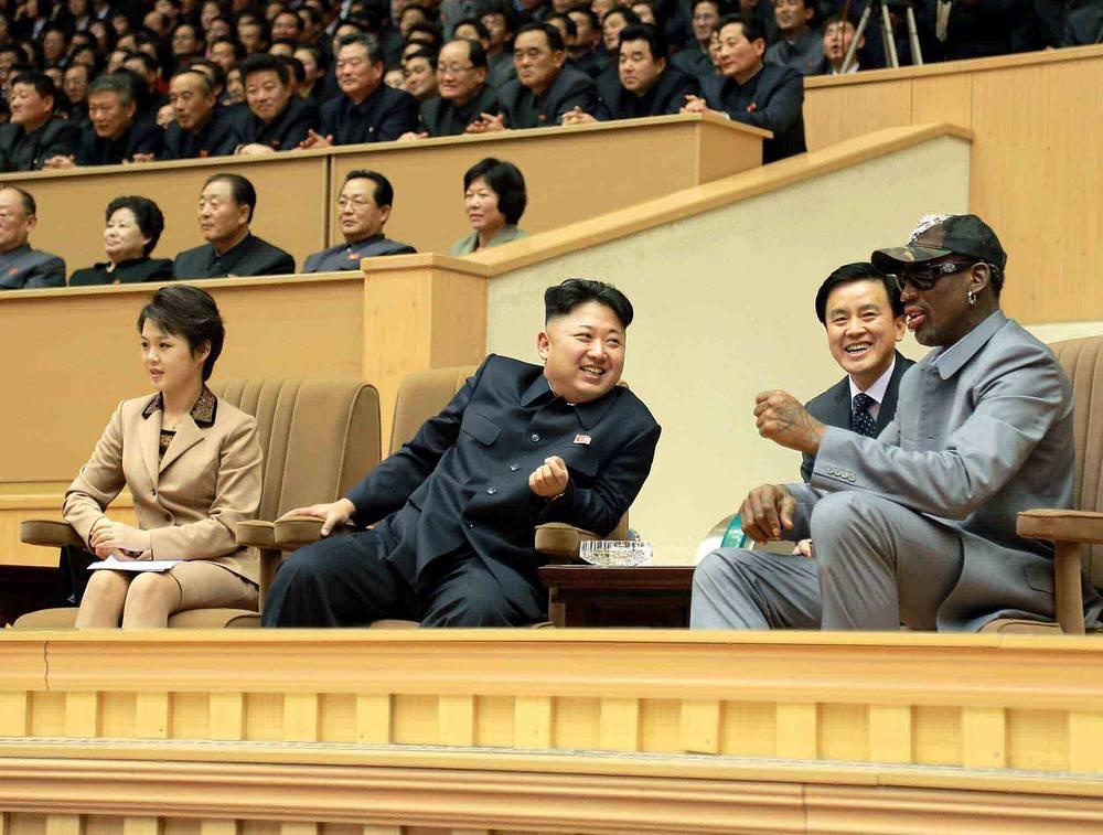 Лидер КНДР Ким Чен Ын с женой Ли Соль Чжу (слева) на встрече с баскетболистом Деннисом Родманом в Пхеньяне, 2014 год