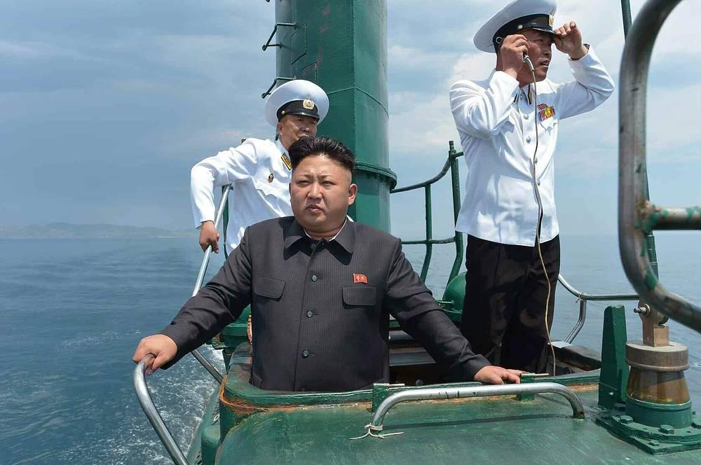 Ким Чен Ын принимает участие в военных учениях подводной лодки, 2014 год