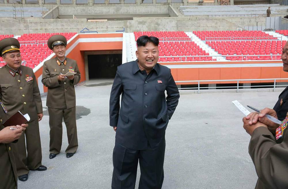 Во время посещения строящегося стадиона в Пхеньяне, 2014 год