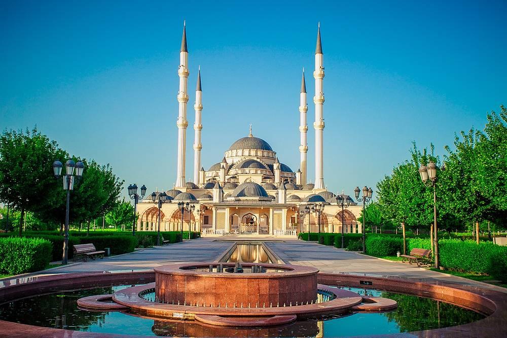 Построенная в классическом османском стиле мечеть «Сердце Чечни». Над центральным залом мечети расположен огромный купол, по бокам от него на высоту 63 метра возносятся четыре минарета.