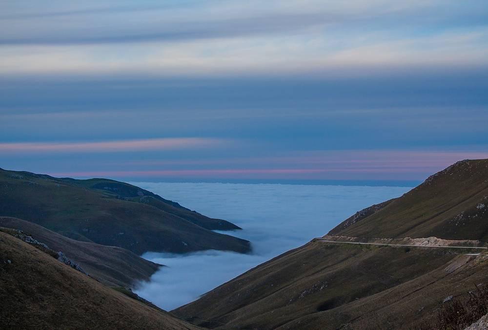 Высокогорная долина в облаках.