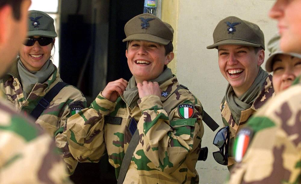 Женщины-капралы итальянской армии на военной базе в Баграме, Афганистан, 2005 год