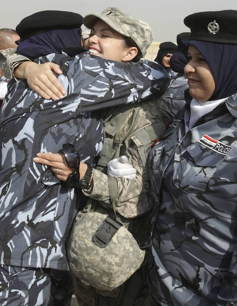 Солдат армии США (в центре) поздравляет женщин, окончивших полицейский колледж в Багдаде, Ирак, 2009 год