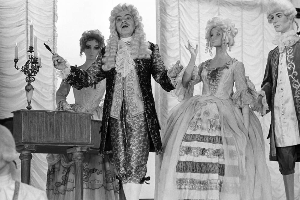 """Аркадий Райкин (в центре) на съемках художественного фильма """"Люди и манекены"""", 1974 год"""