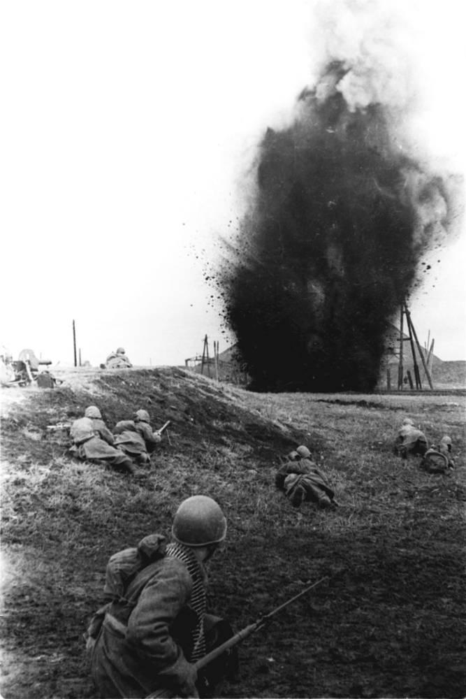 8 сентября 1943 года войска Юго-Западного и Южного фронтов выбили немцев из Сталина (ныне Донецк), две недели спустя полным освобождением региона завершилась Донбасская наступательная операция. На фото: бои за Донбасс, 1943 год