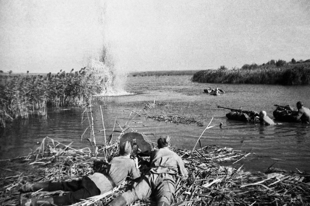Летом 1943 года в ходе завершающей стадии Курской битвы советские войска начали контрнаступление на Левобережной Украине. На фото: форсирование Днепра, 1943 год
