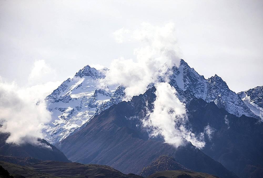 Пять из семи «пятитысячников» Кавказа расположены именно в Черекском районе, в Хуламо-Безенгийском ущелье