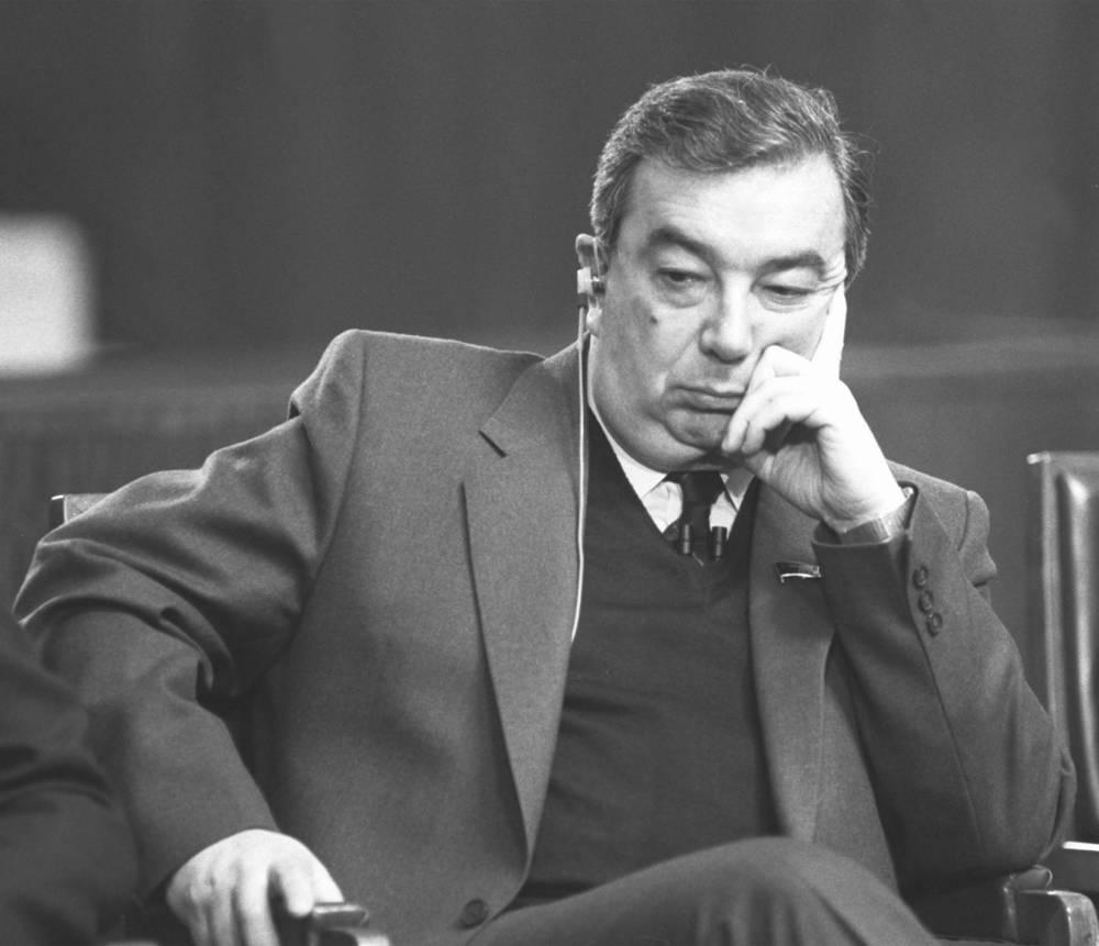 Академик Евгений Примаков во время телесвязи депутатов Верховного Совета СССР с членами конгресса США, 1987 год
