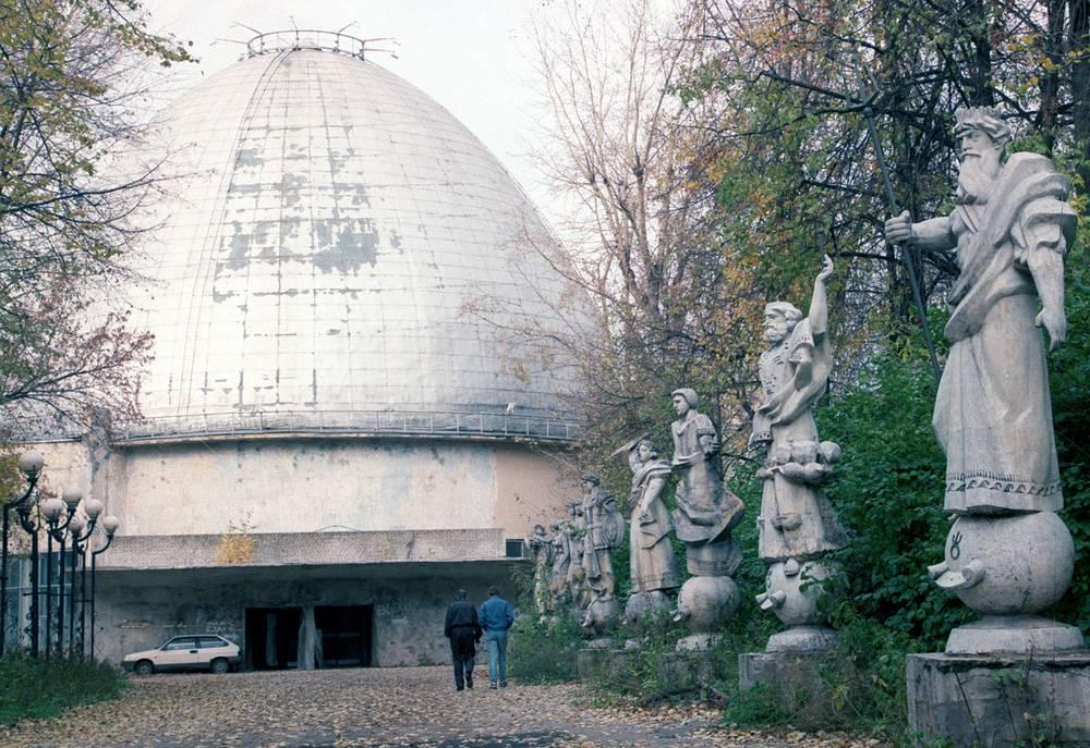 В 1994 году здание было признано аварийным и было закрыто на капитальный ремонт. Из-за проблем с финансированием и имущественных споров ремонтные работы в планетарии неоднократно приостанавливались. На фото: планетарий, 1998 год
