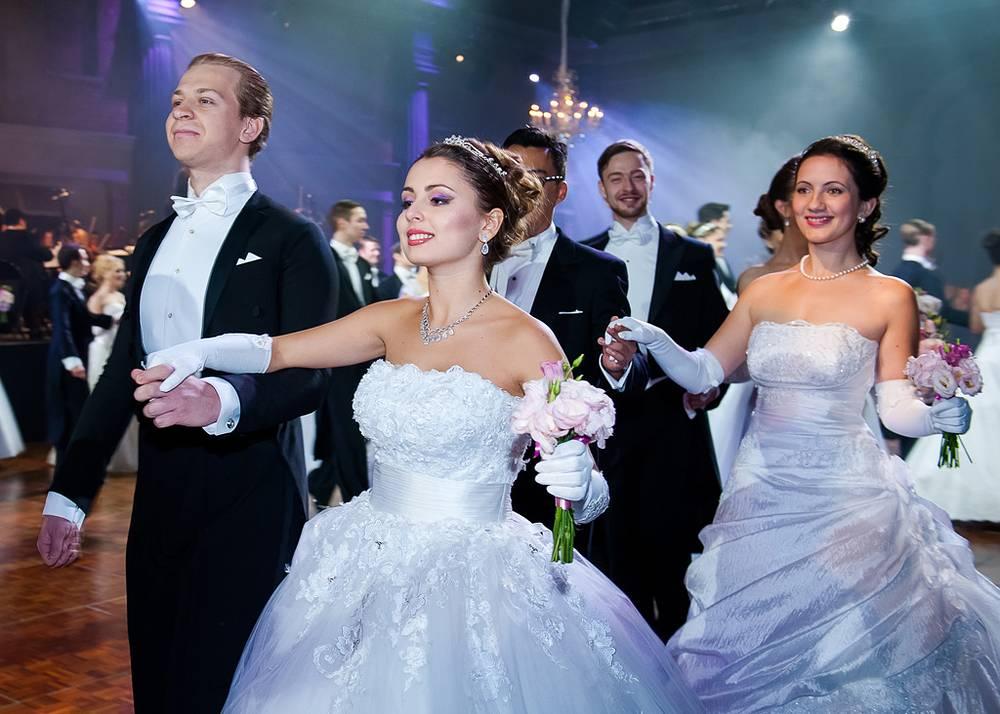 Согласно традиции XVIII-XIX веков, вечер открывали дебютанты