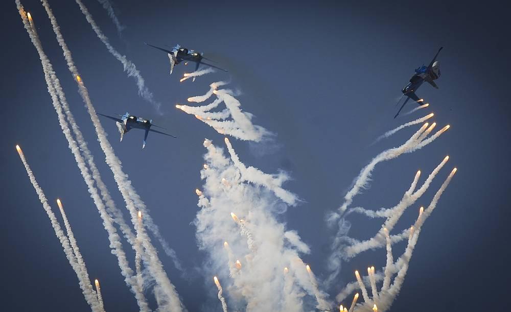 """В небе во время выступления обычно пять самолетов """"Витязей"""". Однако в следующем году пилотажная группа увеличится - фигуры высшего пилотажа будут выполнять уже шесть истребителей одновременно. На фото: воздушное шоу во время Дня ВВС в Липецке, 2014 год"""