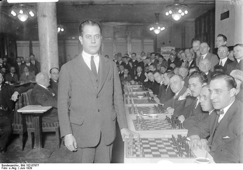 Третий чемпион мира кубинец Хосе Рауль Капабланка (на фото) победил в Гаване Ласкера. С 1916 по 1924 год оставался непобежденным в официальных матчах.  Увлекался разработкой новых, улучшенных шахмат, предлагал, в частности, две новые комбинационные фигуры, увеличить размер доски, но затем охладел к этим идеям