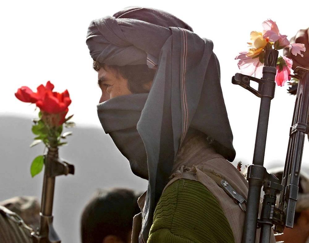 Афганистан. Солдат Северного альянса на линии фронта в районе города Ханабад, провинция Кундуз, 21 ноября 2001 года